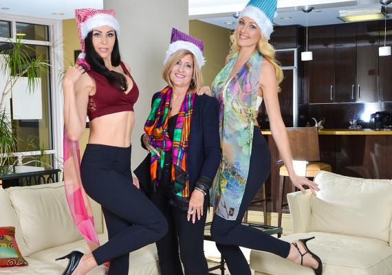 Jean Criss, center, with models wearing Crisscross styles.