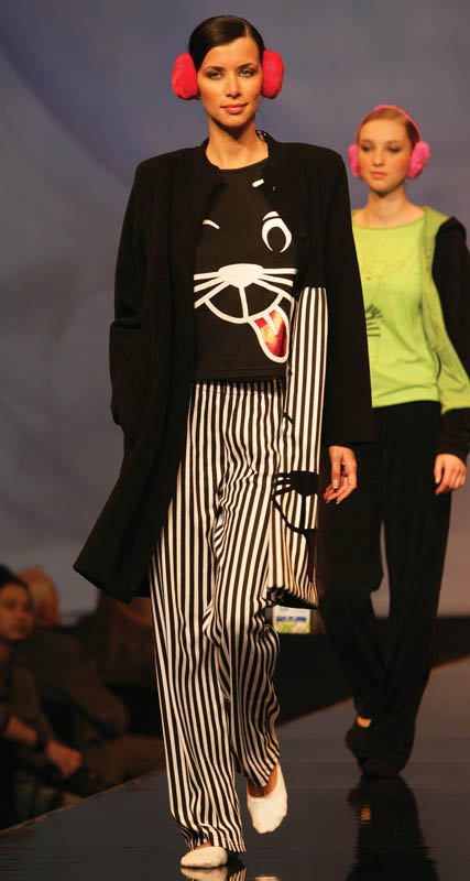 Massana: Pajamas and jacket with black and white stripes and printed cat.