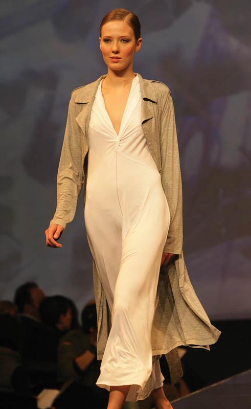 Weiss: White nightdress with V-neck and charcoal gray trench-shape dressing gown.