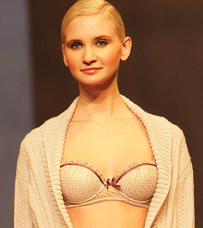 Verdissima: Golden-beige brief and bra with mauve details and off-white cardigan.