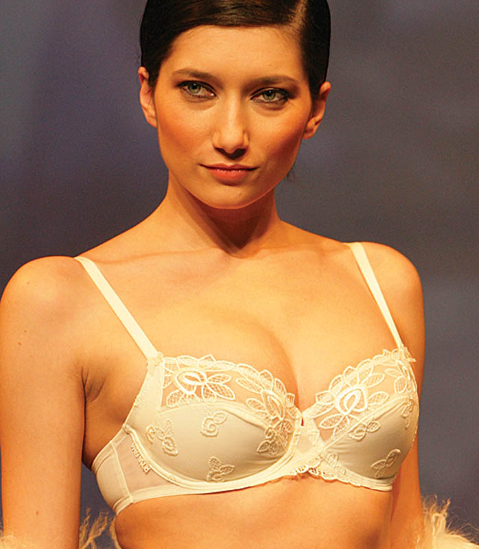 Rosa Faia Beautyfull: Ivory embroidered brief and bra.