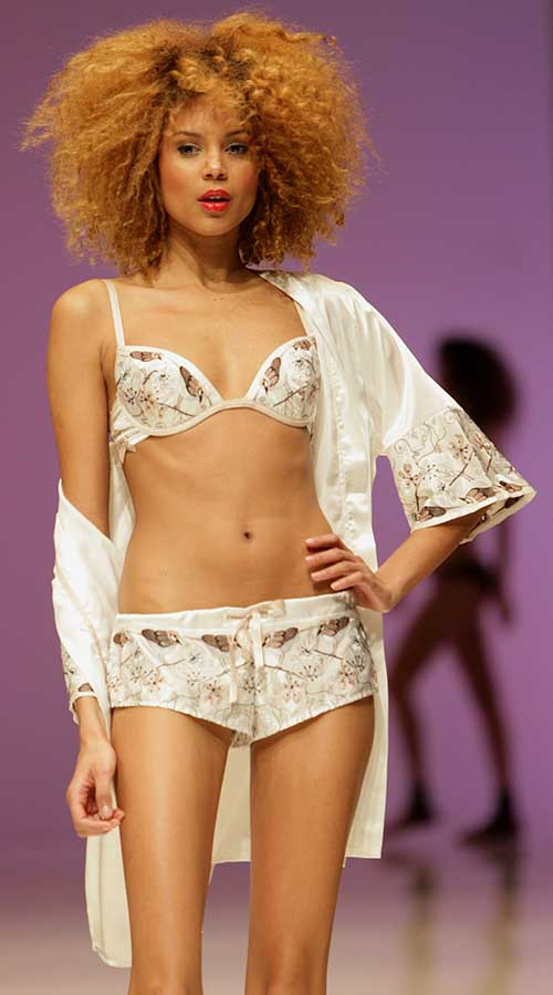 Jolie Princesse: White kimono, bra and shorty.