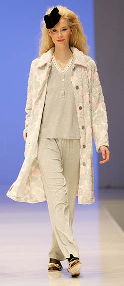 Lohe: Gray heart printed pajamas and dressing gown.