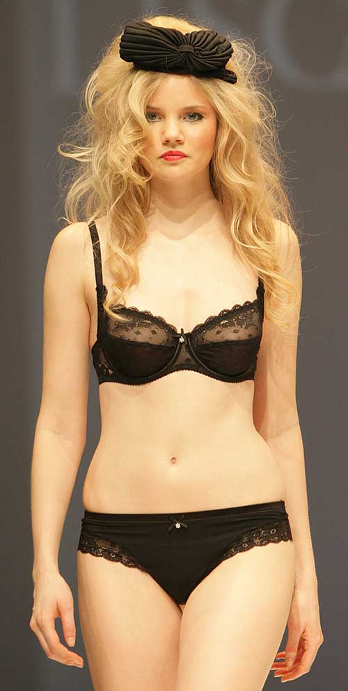 Lisca: Black bra and tanga.