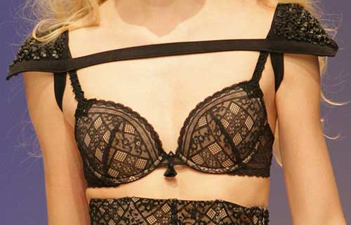 Simone Perele: Black and nude bra.
