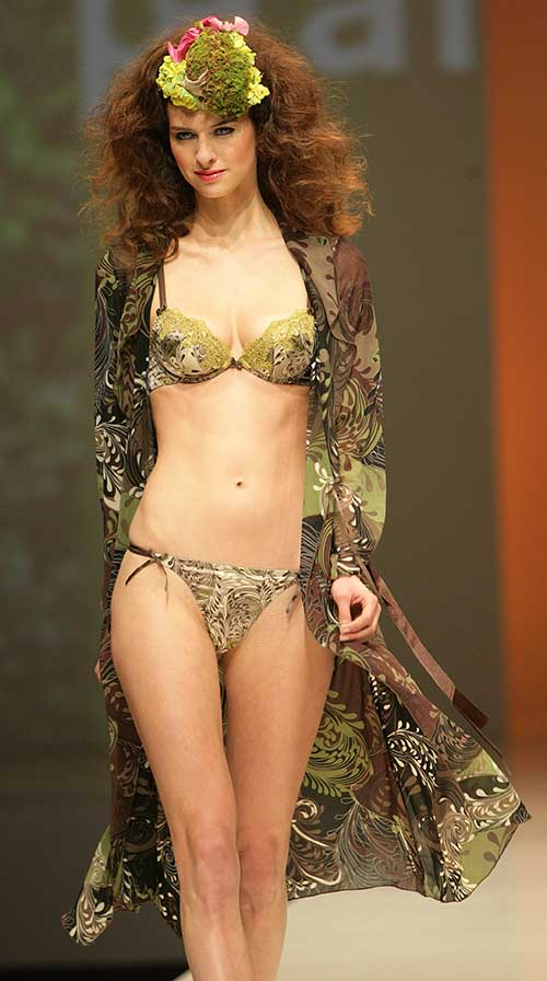 Parah: Vegetal printed bra, string and kimono.